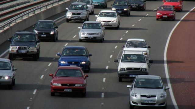 Giữ khoảng cách xa hơn bình thường để kịp thời phản xạ những tình huống bất ngờ xảy ra trên đường.