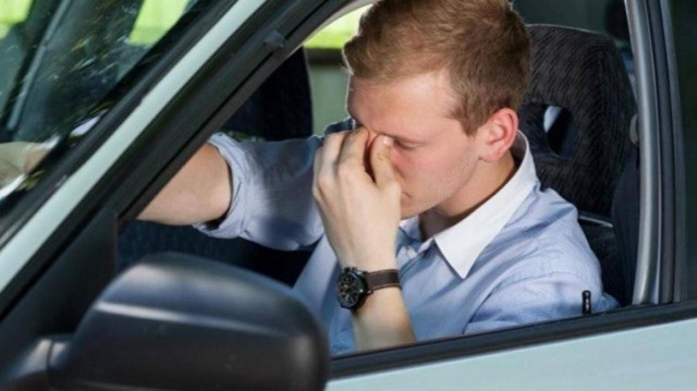 Không nên lái xe khi cảm thấy mắt bạn đang bị tổn thương quá nhiều bởi ánh nắng chói chang.