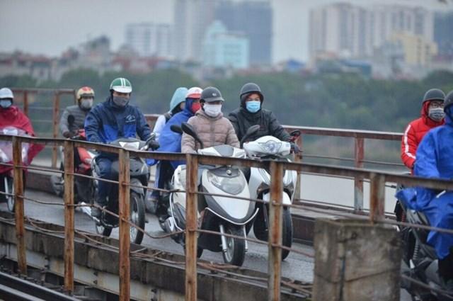 Khẩu trang là phụ kiện không thể thiếu khi lưu thông dưới trời lạnh bằng xe máy.