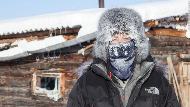 Ngôi làng Oymyakon lạnh giá của nước Nga chỉ có khoảng 500 cư dân sinh sống. Đây là một trong những nơi lạnh nhất thế giới với nhiệt độ trung bình -50 độ C và vào mùa Đông, nhiệt độ có lúc xuống tới -67,8 độ C.