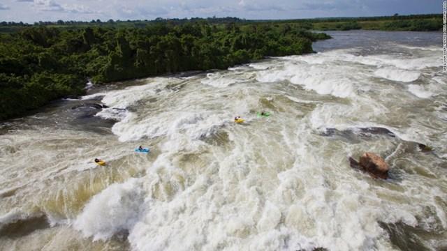 Thác Inga trên sông Congo (Cộng hòa Dân chủ Congo). Một nhóm tham gia cuộc thám hiếm có tên gọi The Grand Inga Project đang vật lộn với dòng thác.