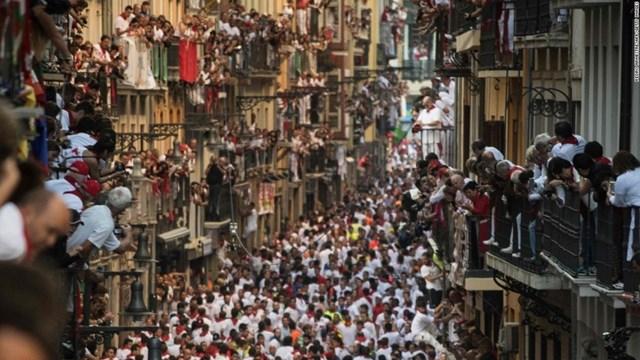 Lễ hội chạy đua với bò được tổ chức vào tháng 7 hàng năm ở Pamplona (Tây Ban Nha). Hơn 1.000 người tham gia lễ hội này sẽ phải cố gắng chạy nhanh nhất có thể để tránh bị bò húc.