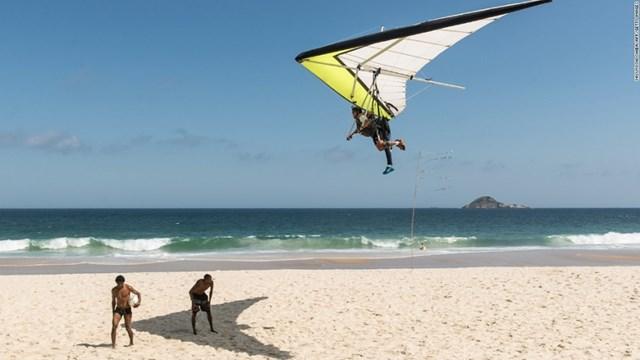 Ngắm phong cảnh thành phố Rio de Janeiro (Brazil) từ trên không cùng một chiếc tàu lượn sẽ là cảm giác khó quên.