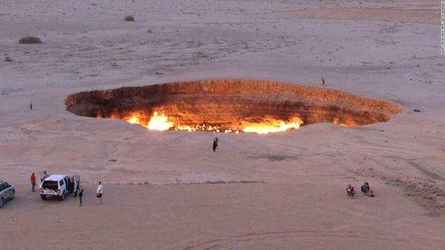 """""""Cánh cửa tới địa ngục"""" ở Turkmenistan là một cái hố khổng lồ nằm giữa sa mạc vẫn hừng hực cháy suốt 46 năm qua, và chưa có dấu hiệu sẽ lụi tàn. Đây là tác phẩm của các nhà địa chất học Liên Xô. Họ đã khoan và đào khu vực trên vào năm 1971 và chạm đến một cái hang lớn chứa đầy khí đốt tự nhiên."""