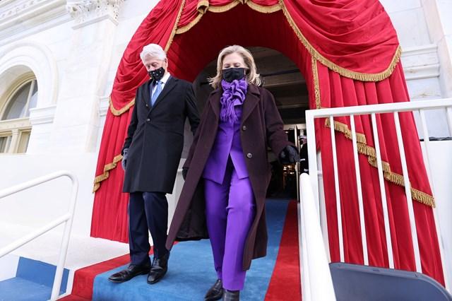 Ông Clinton và vợ tới dự lễ nhậm chức của ông Biden. (Ảnh: Reuters).