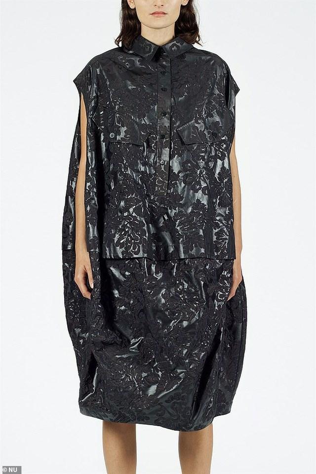 Váy như... túi nhựa đựng rác có giá hơn 15 triệu đồng.