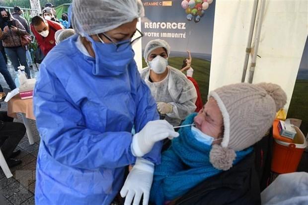 Nhân viên y tế lấy mẫu dịch xét nghiệm Covid-19 cho người dân tại Tunis, Tunisia. (Ảnh: THX/TTXVN).