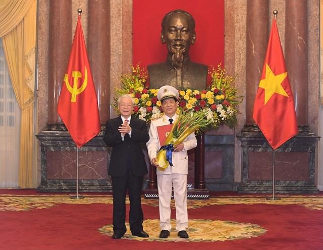 Tổng Bí thư,Chủ tịch nước Nguyễn Phú Trọng trao Quyết định thăng cấp bậc hàm từ Trung tướng lên Thượng tướng đối với ông Nguyễn Văn Sơn, Thứ trưởng Bộ Công an. Ảnh: Bộ Công an.