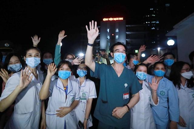 Các thầy thuốc Bệnh viện Bạch Mai trong thời điểm bệnh viện được gỡ bỏ phong tỏa, 0h ngày 12/4/2020. Ảnh: Quang Vinh.