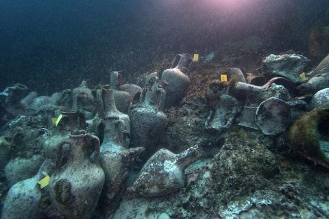 Những chiếc bình cổ nằm dưới đáy biển từ vụ đắm tàu khoảng năm 425 trước công nguyên (Ảnh: Euronews).