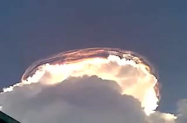 [VIDEO] Khoảnh khắc đám mây 'đội mũ' cho ngọn núi - Ảnh 1
