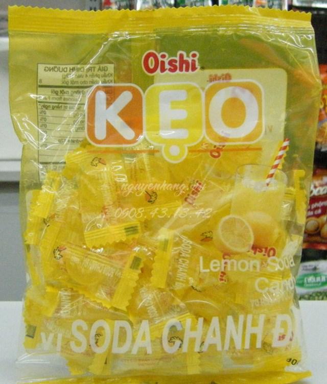 Chuẩn bị kẹo oishi để làm quả dứa.