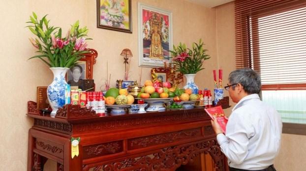 Người cúng lễ rằm tháng Chạp thường là người lớn tuổi nhất trong nhà. Nguồn: giadinhmoi.