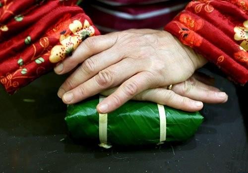 Sau khi hoàn thành, bạn dùng hai tay ấn nhẹ xuống để bánh được chặt hơn.