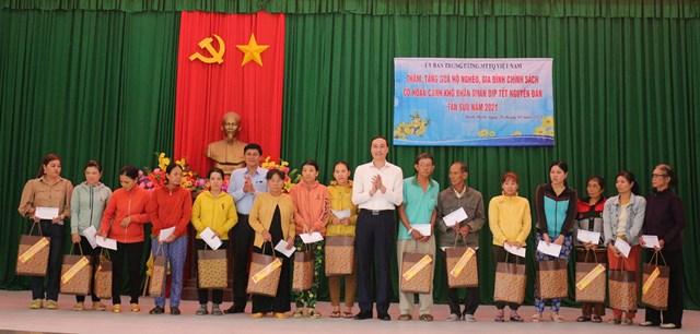 Phó Chủ tịch UBTƯ MTTQ Việt Nam Phùng Khánh Tài tặng quà hộ nghèo, gia đình chính sách tại tỉnh Bình Định.