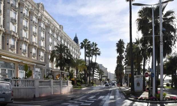 Đại lộ La Croisette tại Cannes không một bóng người vào tháng 10/2020. (Ảnh: Getty Images).