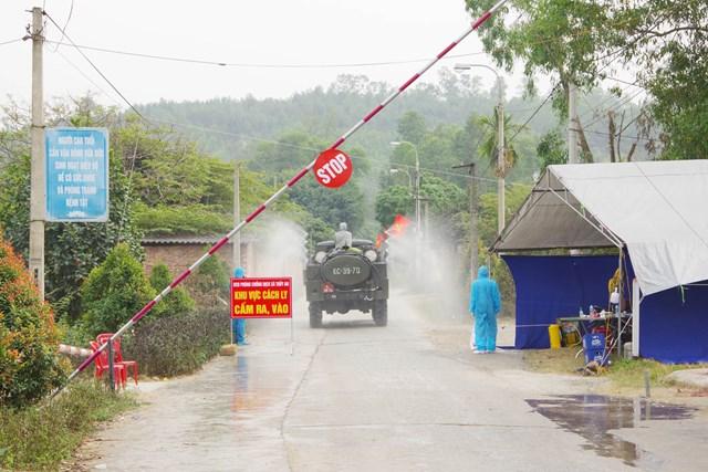 Xe chuyên dụng của Quân khu 3 phun khử khuẩn, tiêu độc tại thị xã Đông Triều. Ảnh: Báo Quảng Ninh.