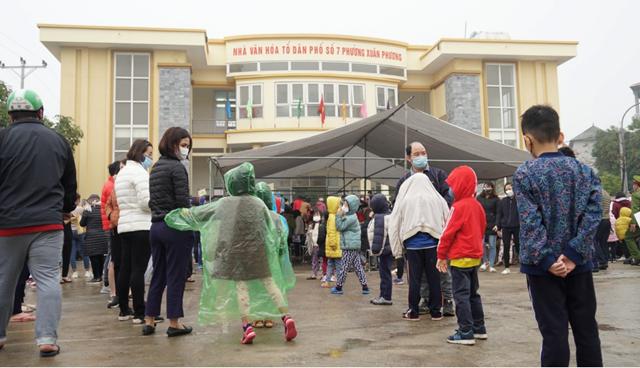 Học sinh trường Tiểu học Xuân Phương xếp hàng lấy mẫu xét nghiệm Covid-19. Nguồn: Người đưa tin.