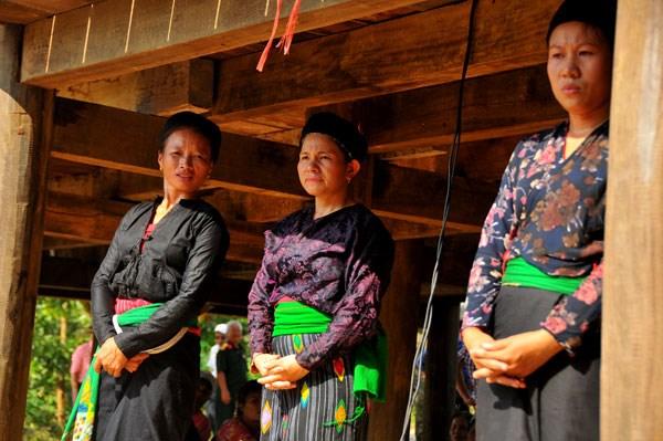 Phụ nữ Ơ Đu trong trang phục truyền thống. Ảnh: N.Dương.