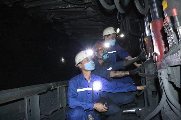 Công nhân thực hiện nghiêm việc đeo khẩu trang phòng, chống dịch trong ca lao động sàn xuất. (Nguồn: Quangninh.gov.vn).