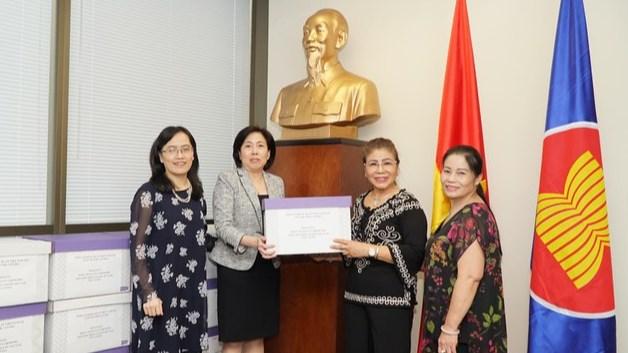 Tổng Lãnh sự quán Việt Nam tại Vancouver (Canada) trao tặng khẩu trang cho bà con kiều bào.