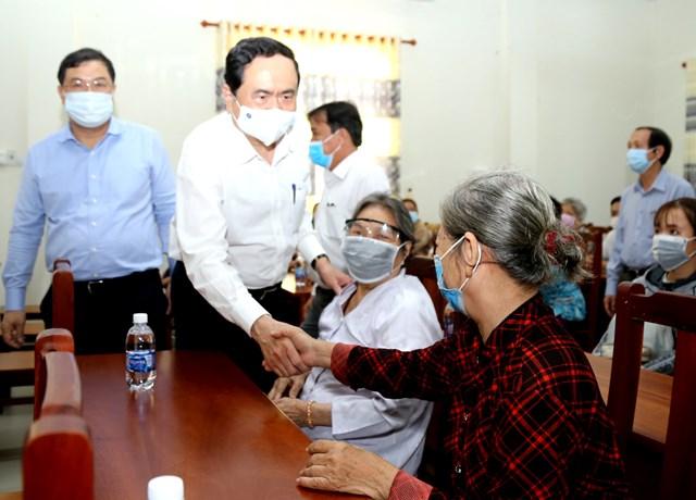 Chủ tịch Trần Thanh Mẫn thăm hỏi gia đình chính sách nhân dịp Tết đến Xuân về.