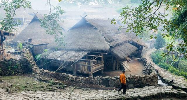 Người Wa vẫn sống trong những căn nhà được xây dựng theo kiểu truyền thống cũ với mái lợp rơm, khung nhà và vách hoàn toàn bằng cây, tre nứa - Ảnh chụp màn hình.