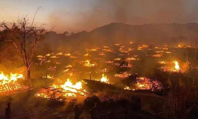 Biển lửa nhấn chìm ngôi làng hàng trăm năm tuổi của người Wa - Ảnh chụp màn hình.