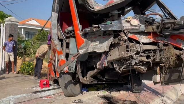 Chiếc xe chở công nhân nát bét sau tai nạn.