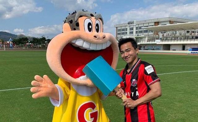 Còn Chanathip Songkrasin (Thái Lan, Consadole Sapporo) là cầu thủ Đông Nam Á đắt giá nhất tại J-League, với mức giá ước lượng 1,7 triệu euro (khoảng 47,5 tỷ đồng).
