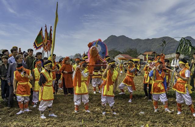 Lễ hội được tổ chức từ rạng sáng đến tối với nhiều nghi thức lễ tế, cúng rước long ngai, bài vị thần từ đình Làng Mỏ lên miếu Xa Vùn. Bên cạnh đó còn mô phỏng lại cảnh luyện binh, đánh giặc, đấu gươm của các binh sĩ thời xưa.