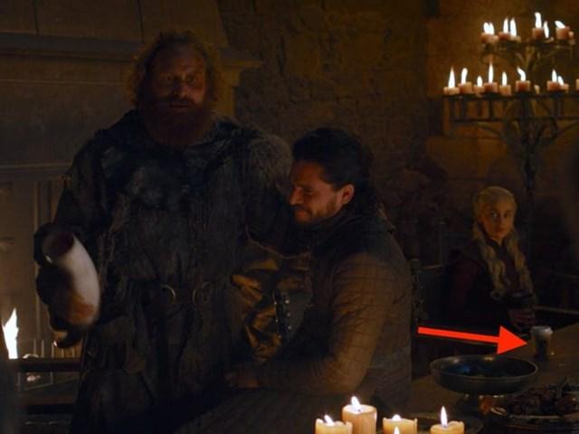 """Cốc cà phê trong """"Game of Thrones"""": Một cốc cà phê của thời hiện đại đã lọt vào khung hình, trở thành chủ đề bán tán xôn xao trên các diễn đàn. Sau đó, giám đốc nghệ thuật của bộ phim đã phân trần: """"Mọi thứ đều có thể bị bỏ quên tại phim trường. Sự cố này không hề hiếm gặp""""."""