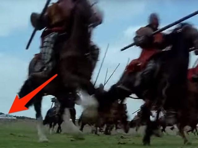 """Xe ô tô trong """"Braveheart"""": Bộ phim """"Braveheart"""" kể về các cuộc chiến tại Scotland trong thế kỷ 13. Đoàn làm phim đã vô cùng thiếu sót khi một chiếc ô tô xuất hiện trong cảnh quay này."""