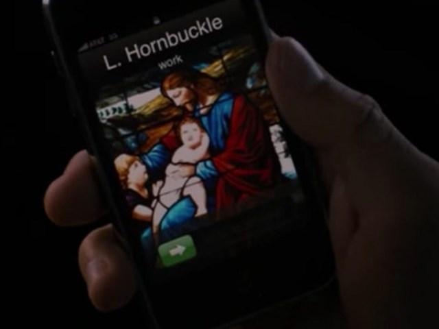 """Iphone trong """"Bernie"""": Bộ phim này dựa trên câu chuyện có thật - một vụ giết người năm 1996. Tuy nhiên xuất hiện trong cảnh quay là chiếc Iphone, ra đời vào năm 2007."""