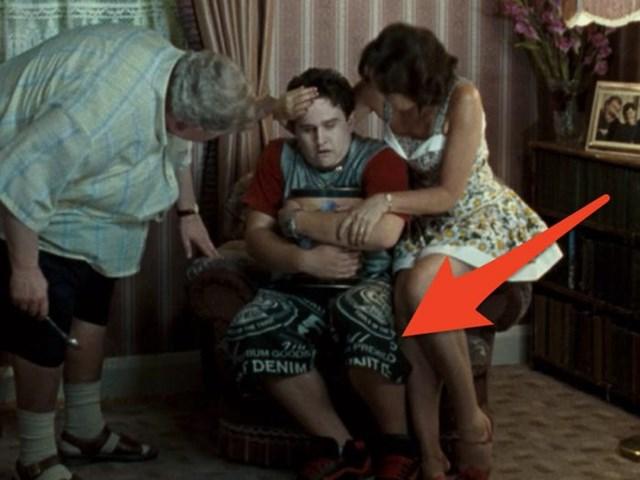 """Trang phục lạ trong """"Harry Potter and the Order of the Phoenix"""": Bối cảnh của loạt phim Harry Potter là những năm 1991 - 1998. Tuy nhiên loại quần mà Dudley Dursley đang mặc trong cảnh quay này đóng mác G-Unit - một hãng thời trang được thành lập năm 2003 bởi rapper 50 Cent."""