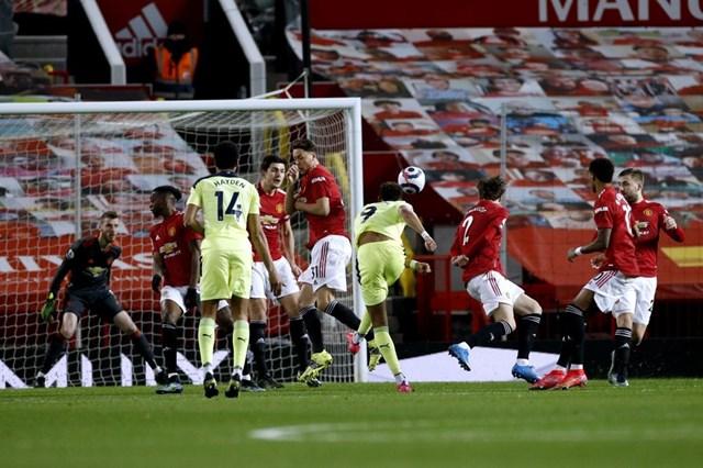 Joelinton sớm đe dọa khung thành của Man Utd.