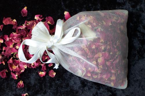 Túi thơm làm từ cánh hồng khô.