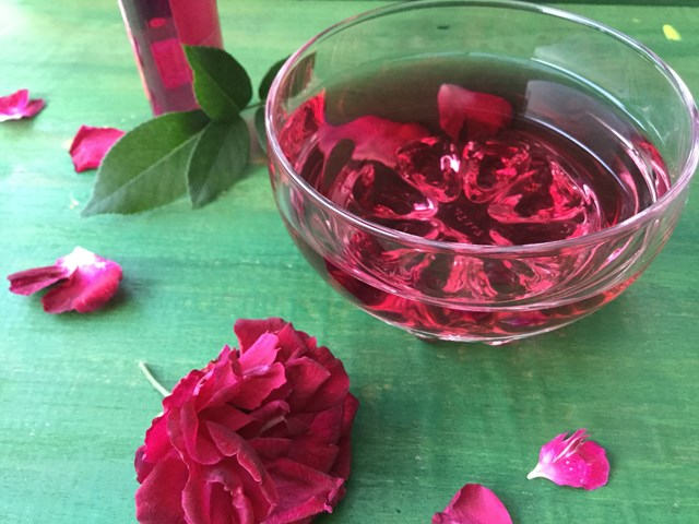 Nước hoa hồng tự làm có màu sắc đẹp mắt.