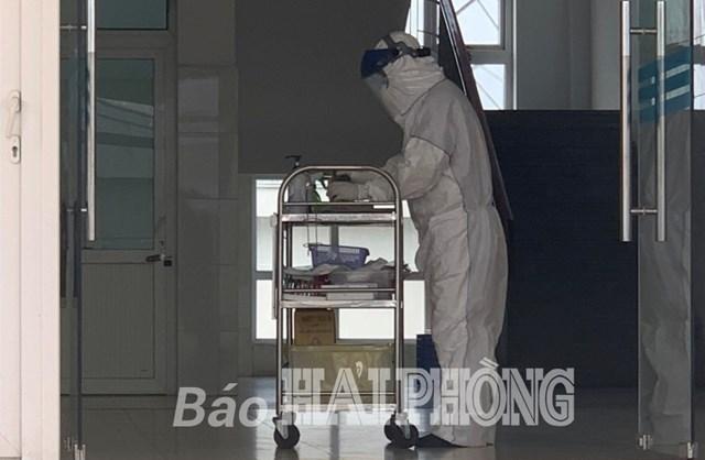 Nhân viên Khoa Bệnh nhiệt đới (cơ sở 2 Bệnh viện Việt-Tiệp) chuẩn bị vào phòng áp lực âm để kiểm tra sức khỏe người bệnh.