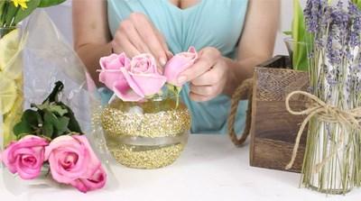 Tiếp đến, bạn dùng kéo cắt ngắn các cành hoa hồng cắm vòng ngoài sát miệng bình, nhớ đổ nước vào ½ bình. Bạn cắt cắm thêm vài cành hoa hồng cao hơn giữa bình. Bạn đừng quên cắm thêm cành baby xen giữa cành hoa hồng cho bình hoa thêm yêu nhé!