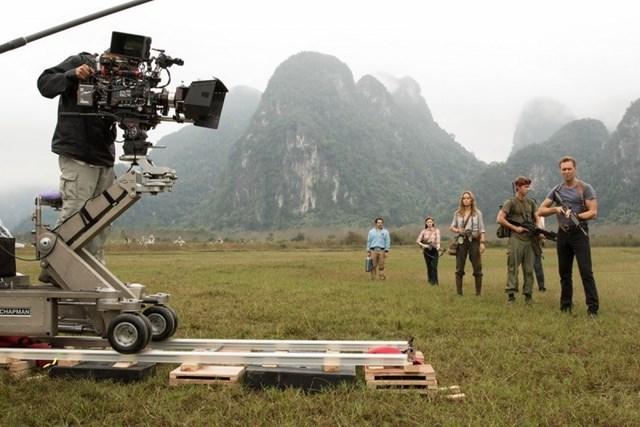 """Ê-kíp làm phim của đạo diễn Jon Voigt-Robert thực hiện một phân cảnh trong bộ phim """"Kong: Đảo đầu lâu"""" tại Việt Nam."""