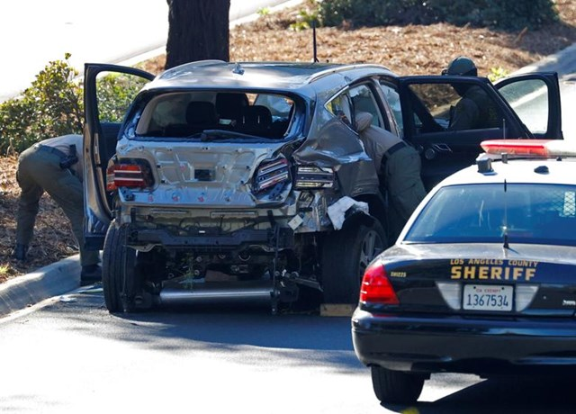 [ẢNH] Cận cảnh vụ tại nạn ô tô của Tiger Woods - Ảnh 1