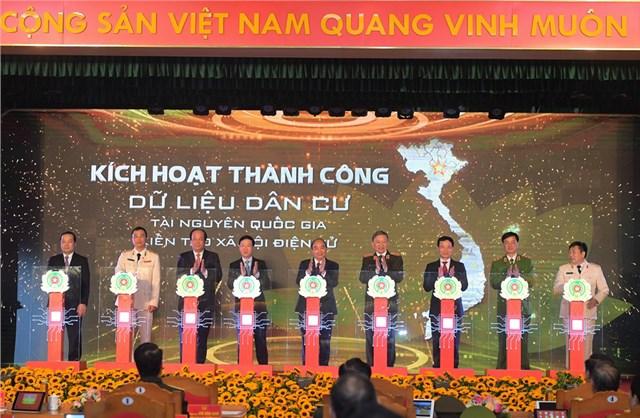 Thủ tướng Nguyễn Xuân Phúc cùng các đại biểu bấm nút kích hoạt hệ thống.