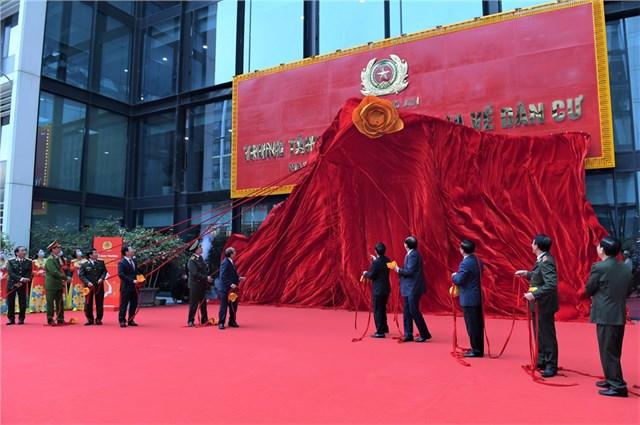 Thủ tướng Nguyễn Xuân Phúc cùng các đại biểu kéo hạ lụa đỏ khai trương Trung tâm dữ liệu quốc gia về dân cư và chụp ảnh lưu niệm.