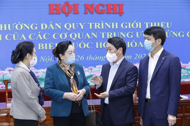 Ủy viên Trung ương Đảng, Phó Chủ tịch – Tổng Thư ký UBTƯ MTTQ Việt Nam Hầu A Lềnh trao đổi với các đại biểu dự Hội nghị.