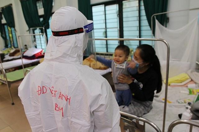 Điều dưỡng Nguyễn Việt Anhcùng đội ngũ cán bộ y tế vẫn đang nỗ lực hết sức mình để cứu chữa cho các bệnh nhân