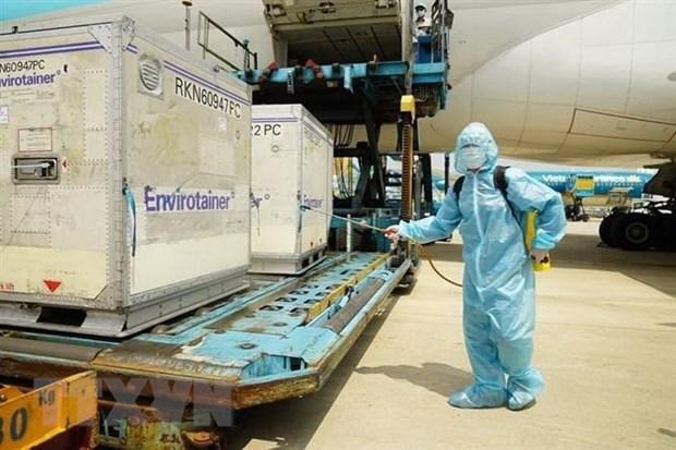 Lô vaccine Covid-19 đầu tiên của AstraZeneca về đến Việt Nam. (Ảnh: TTXVN phát).