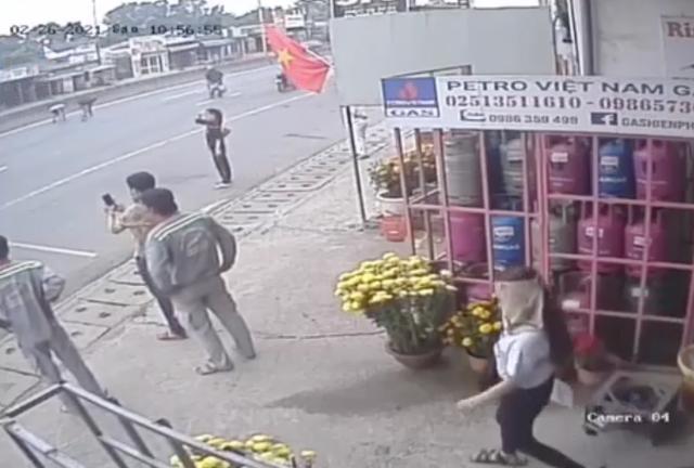 Nhiều người dân ùa ra làn đường ô tô nhặt số tiền vừa bị rơi (ảnh cắt từ clip).