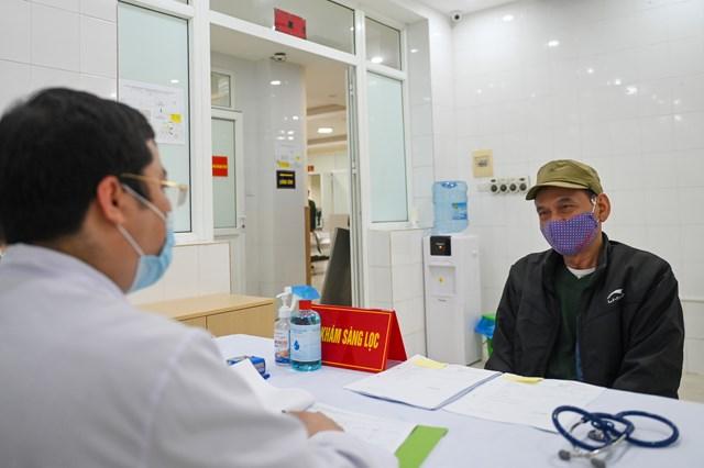 Cụ bà 71 tuổi một mình đi xe bus đến đăng ký tiêm thử vaccine Covid-19 - Ảnh 1