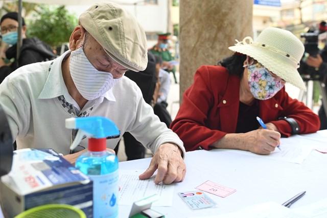 Nhiều người cao tuổi đã đến Trung tâm thử nghiệm lâm sàng và tương đương sinh học, Học viện Quân y (Hà Nội), để tham gia thử nghiệm.